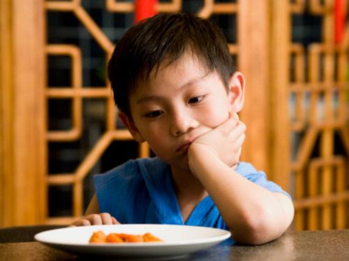 Hỏi: Làm gì khi trẻ biếng ăn?