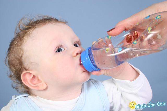 Trẻ cần bao nhiêu nước mỗi ngày?